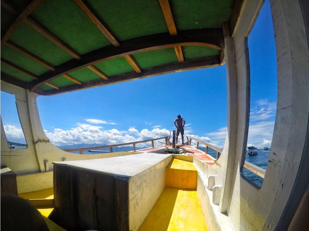 Uomo in barca per spostarsi tra le Isole Gili