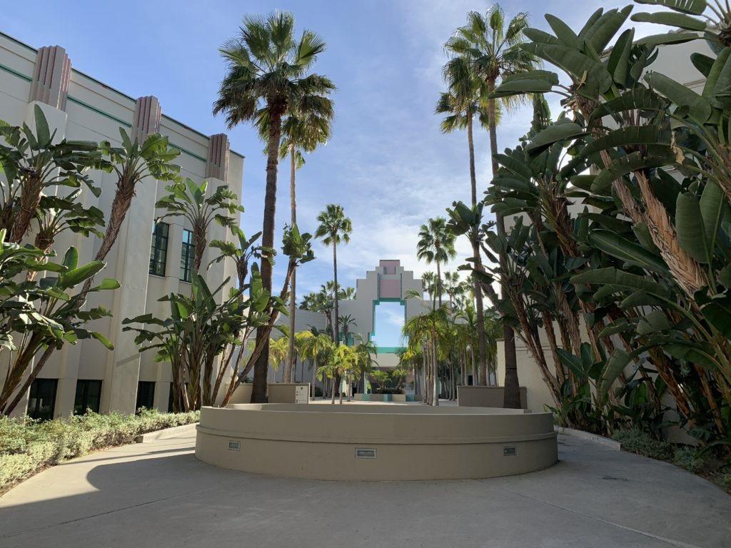 Cortile circondato fa palme nella zona del Municipio di Beverly Hills