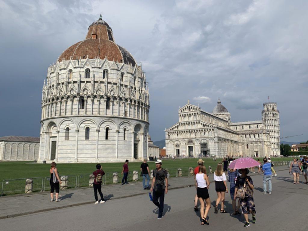Edifici della piazza dei Miracoli di Pisa, con turisti