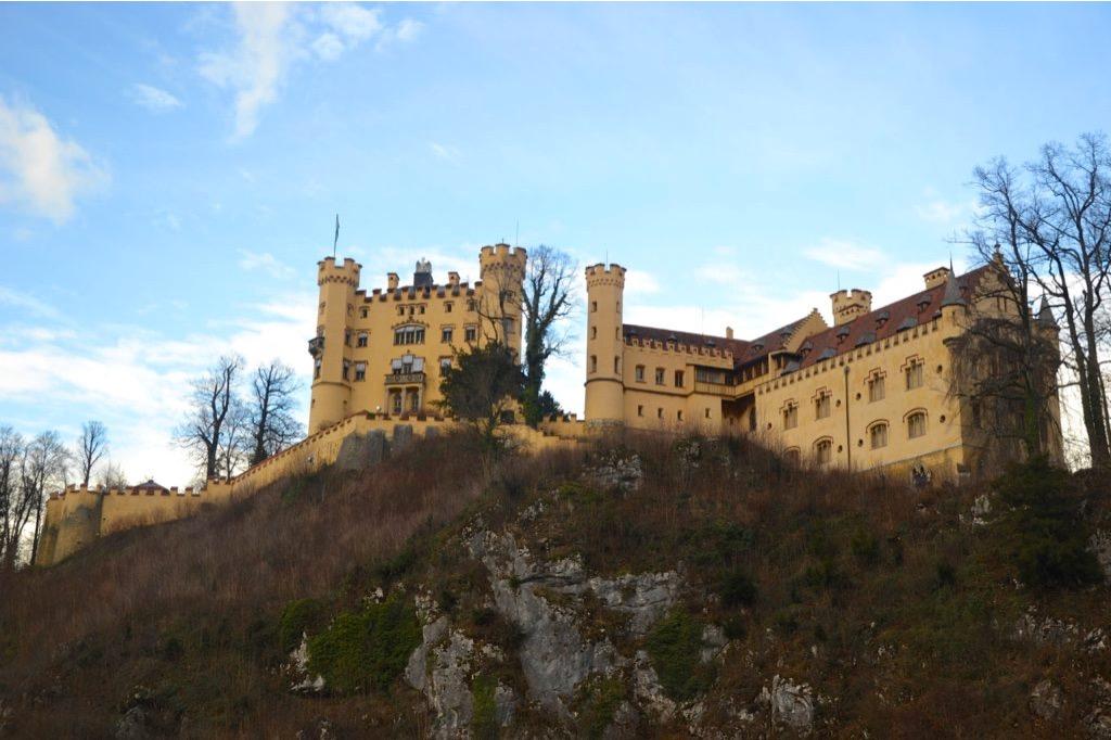 Vista dal basso di un castello giallo su una collina