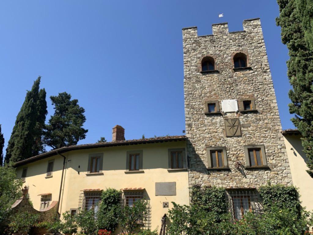 Edificio con torre e alberi intorno (Castello di Verrazzano)