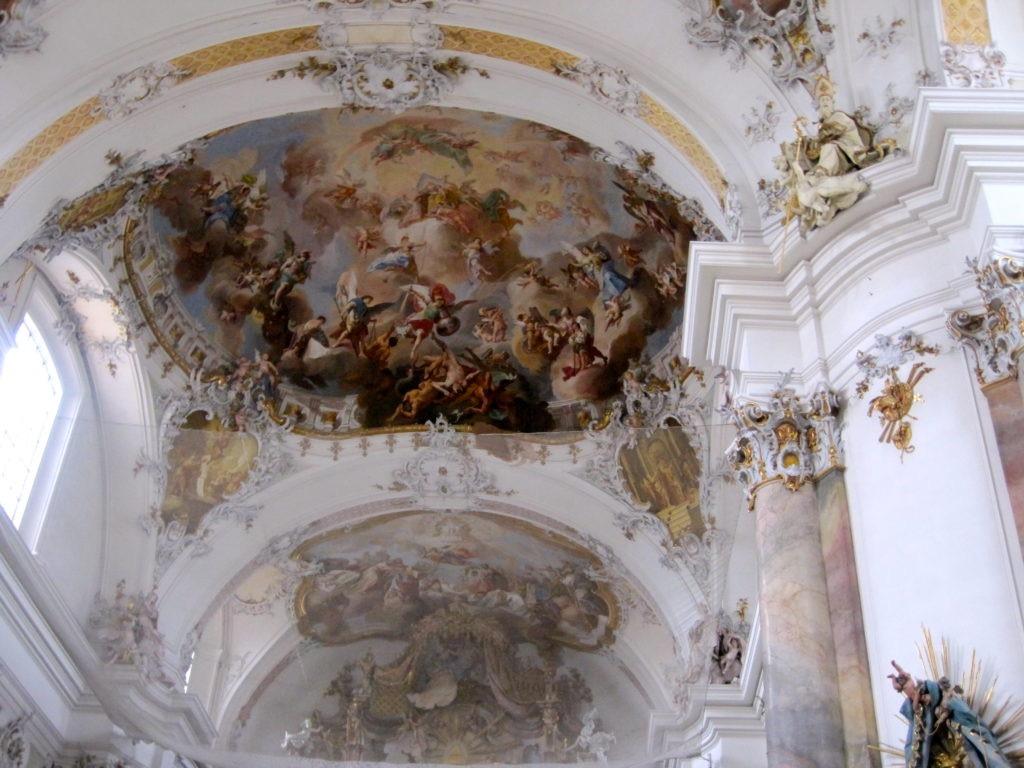 Pareti bianche della chiesa interamente affrescate