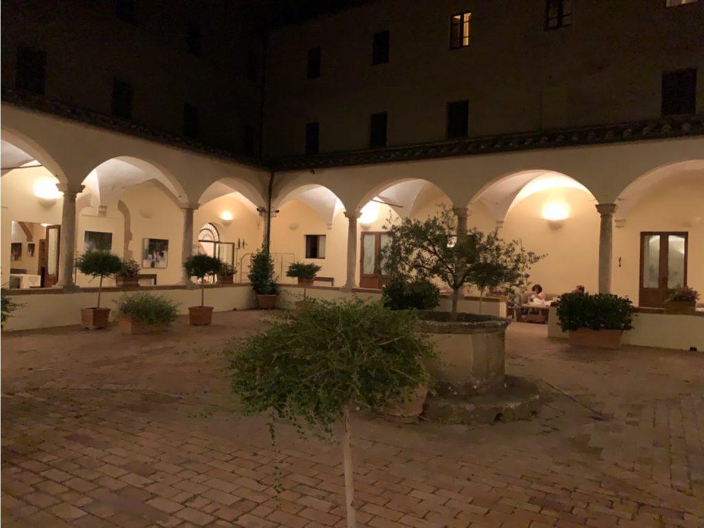 Chiostro di un ex monastero ora divenuto albergo, di notte con le volte illuminate