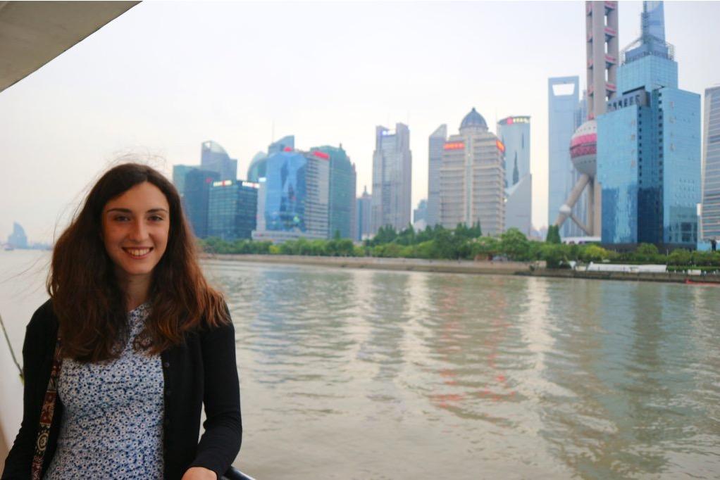 Ragazza sulla crociera sul fiume Huangpu, con sfondo i grattacieli di Shanghai