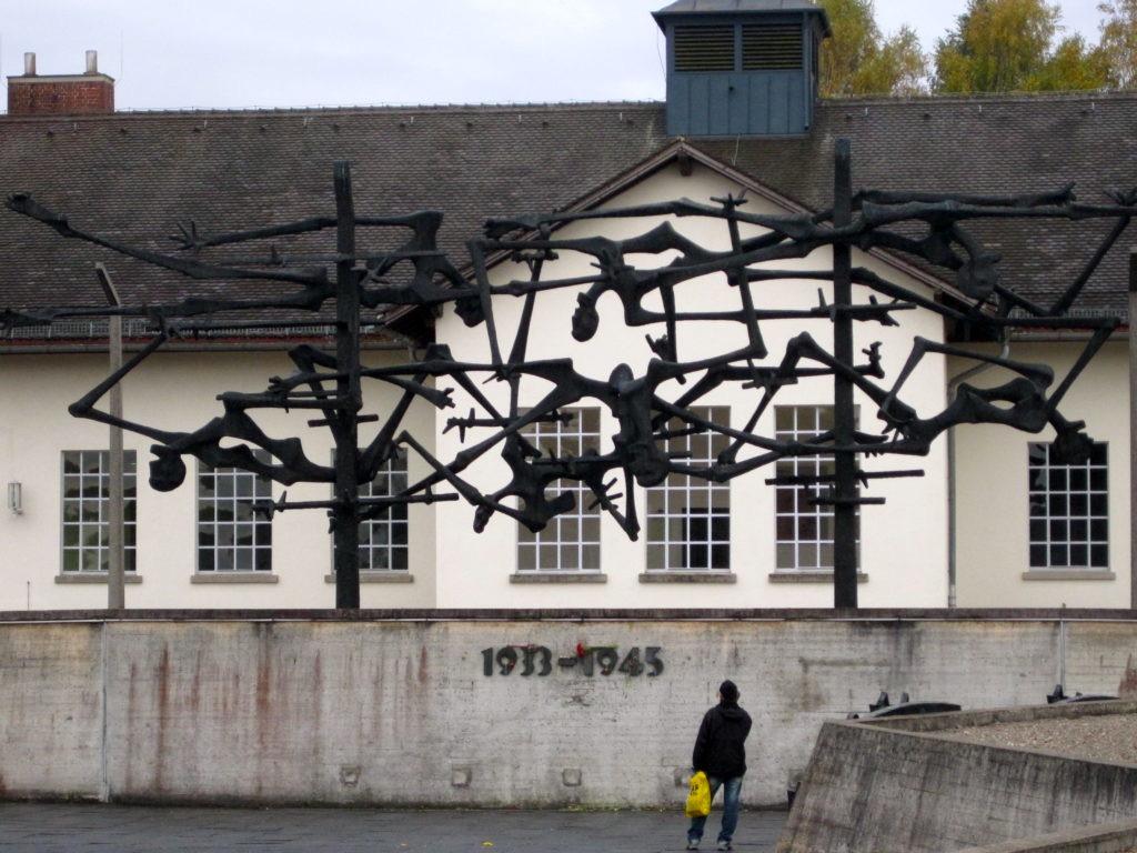 Scultura che rappresenta i corpi dei morti nei campi di concentramento che formano un filo spinato