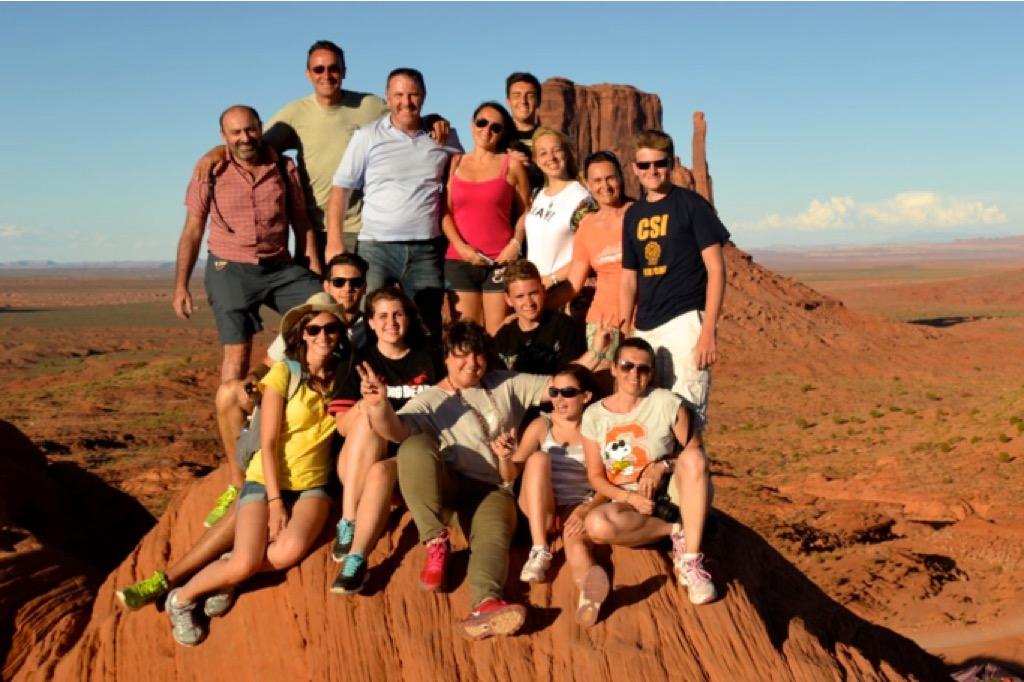 Gruppo di persone su una roccia nella Monument Valley
