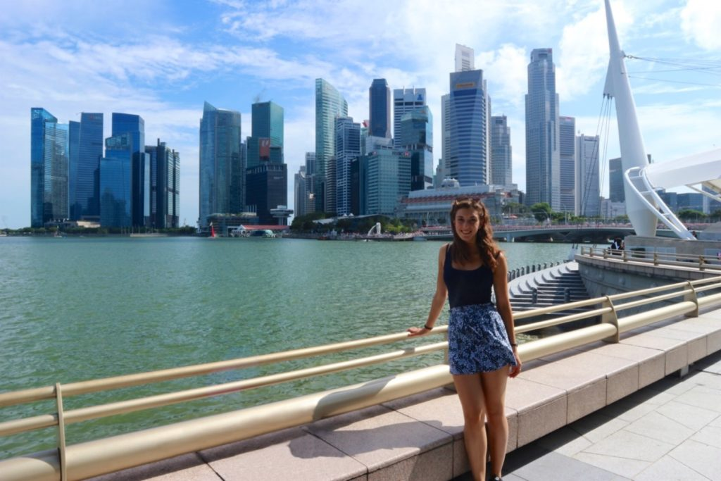 Ragazza davanti allo skyline di Singapore