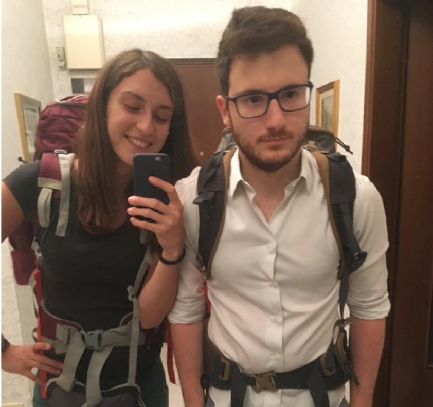 Ragazzo e ragazza con zaino da viaggio si fanno una foto allo specchio
