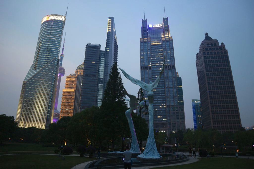 Vista sui grattacieli di Shanghai da un parco, al crepuscolo