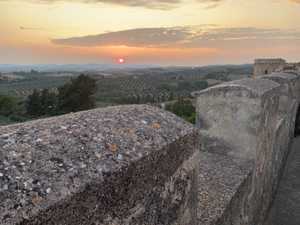 Tramonto sui campi in Toscana visto dalle mura di Magliano