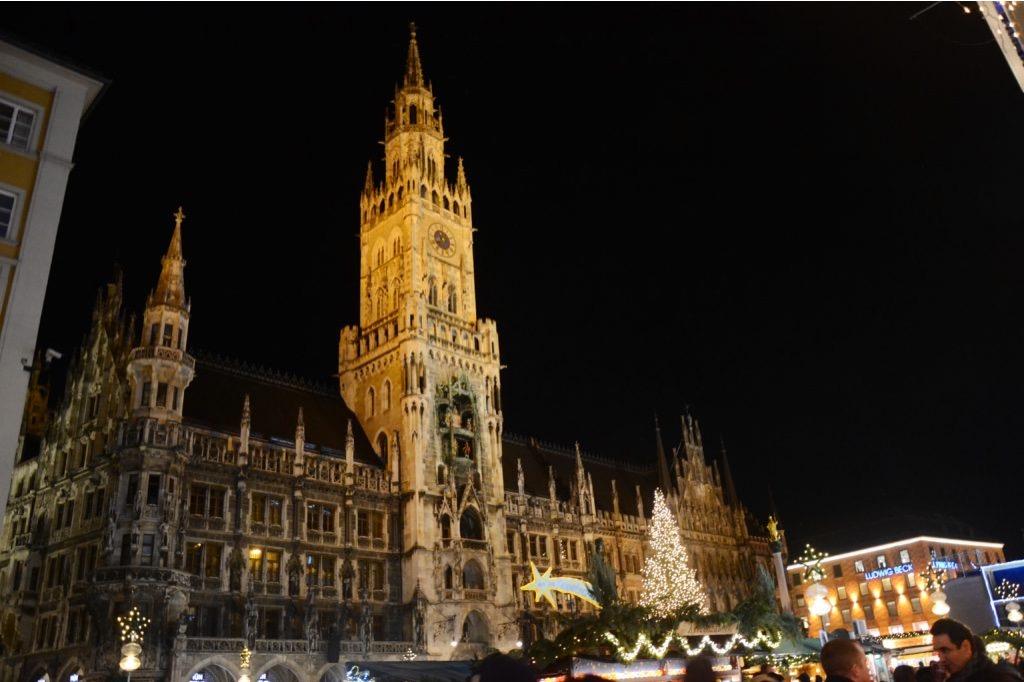Marienplatz illuminata di notte