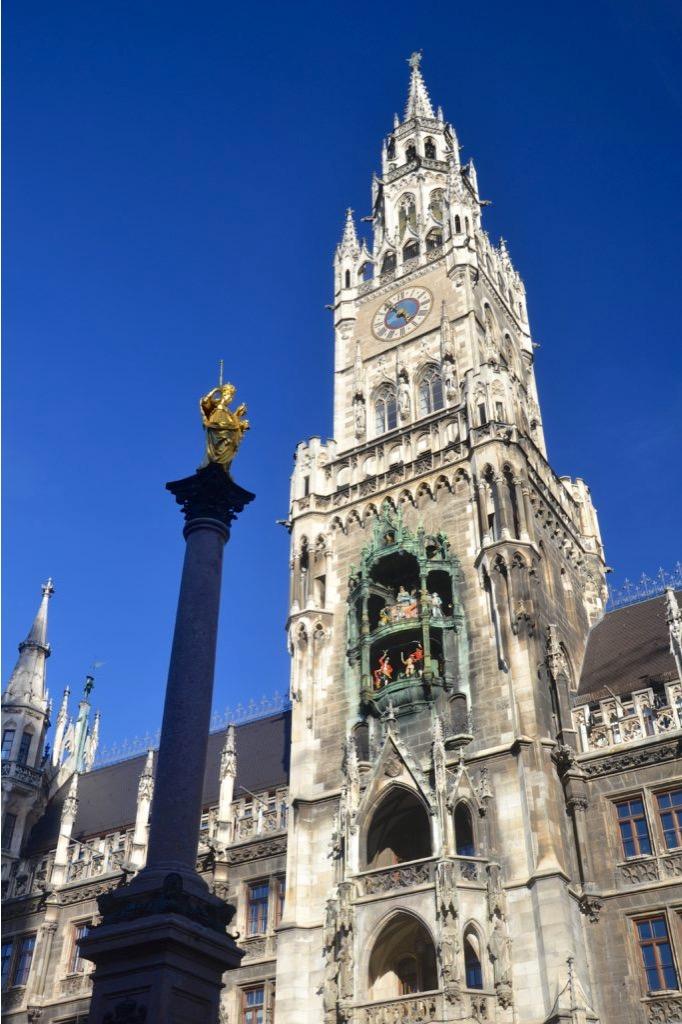 Campanile della piazza di Marien Platz, con davanti colonna con statua d'oro di Maria