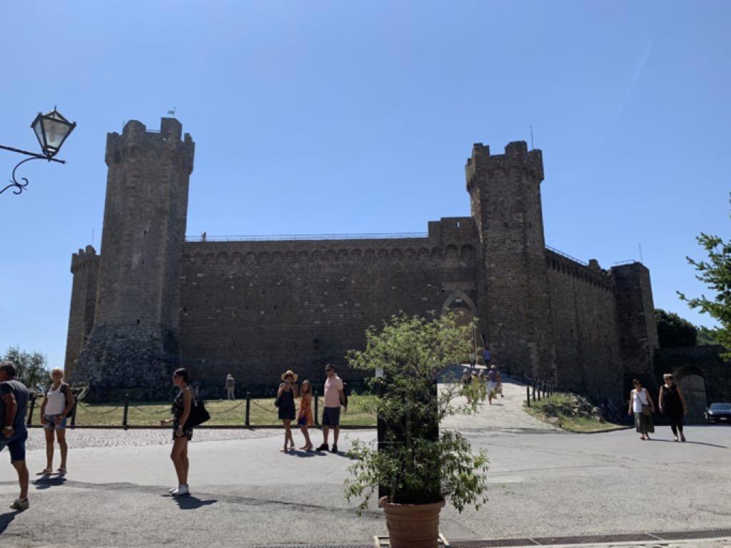La fortezza di Montalcino vista dalla via principale
