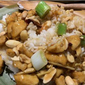 Piatto di riso con pollo e anacardi