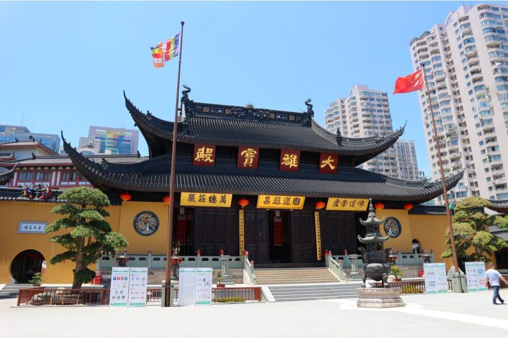 Tempio buddhista circondato da grattacieli