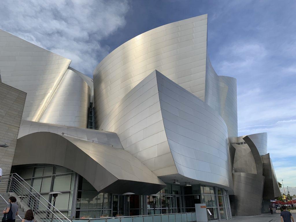 Architettura moderna in argento della Walt Disney Concert Hall a Los Angeles