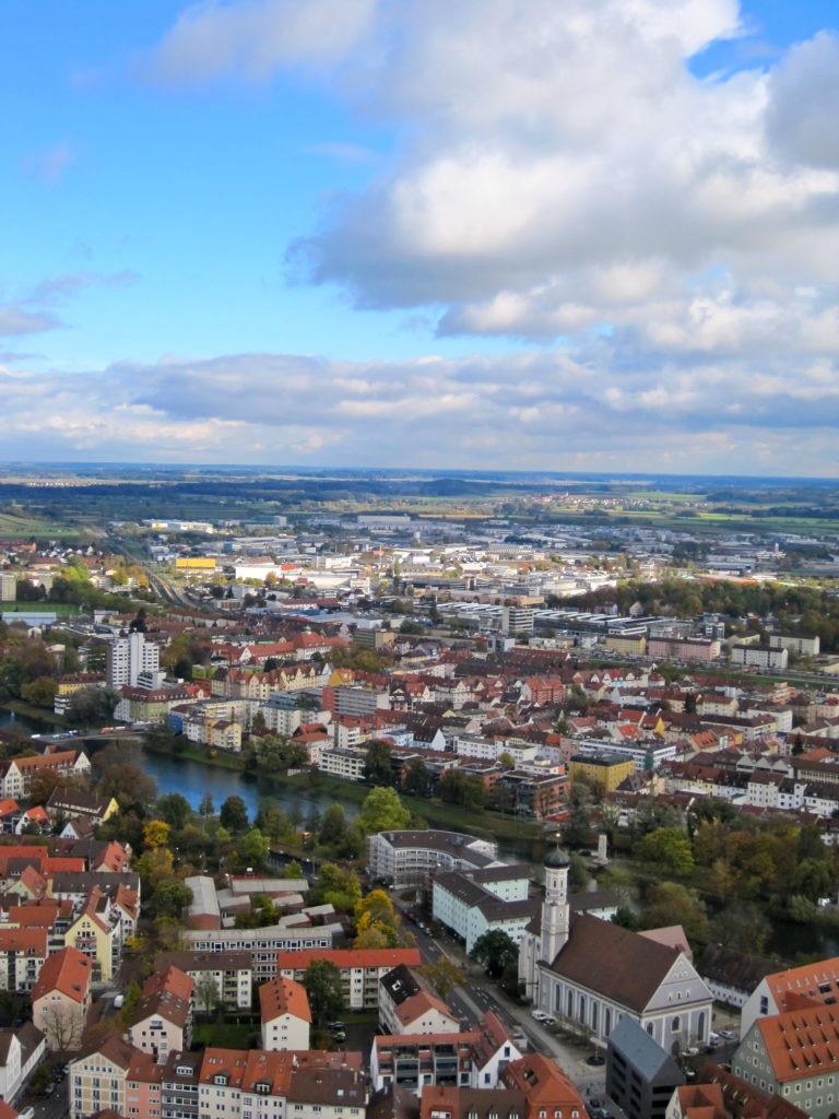 Vista della città di Ulm dall'altro, con tetti rossi, cielo nuvoloso, fiume