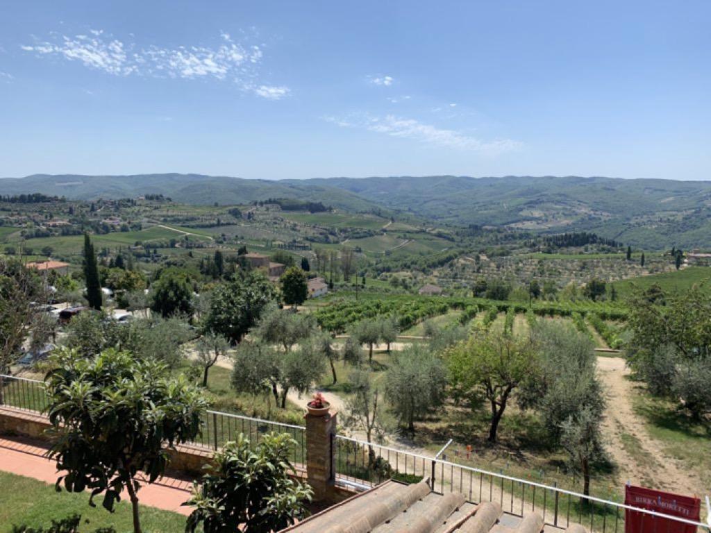 Terrazza che si affaccia sulle vigne della Toscana