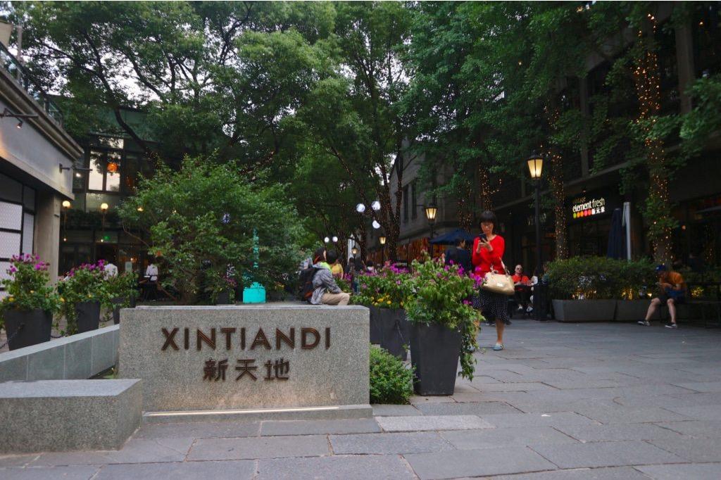 Scorcio di un'elegante via del quartiere di Xīntiāndì a Shanghai