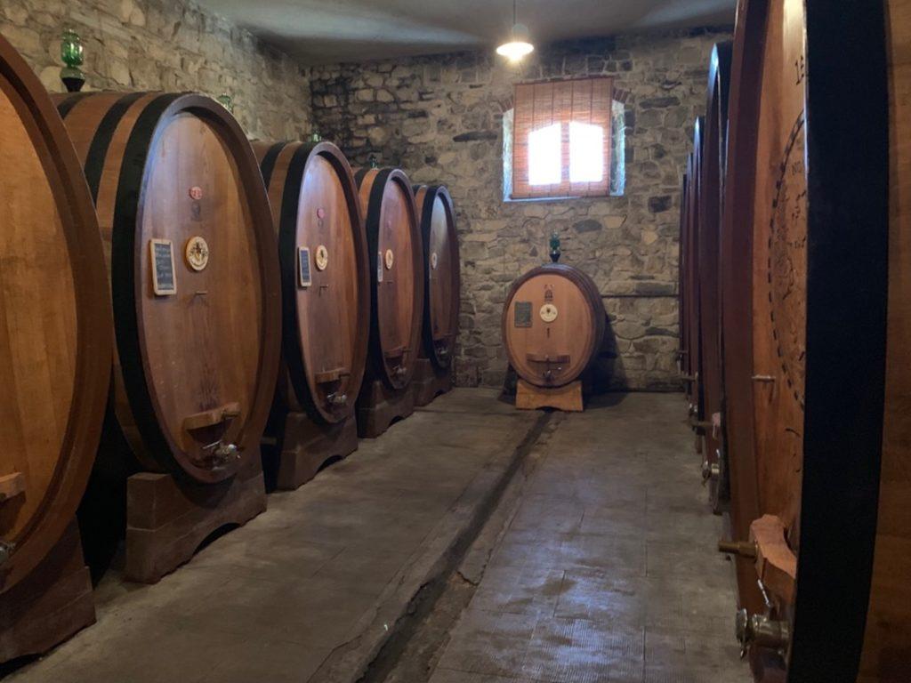 Botti di vino all'interno di una cantina
