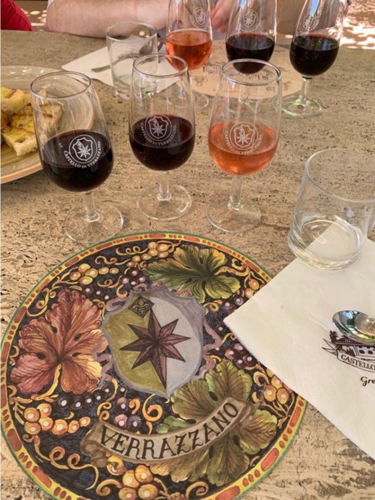 Calici di vino su un tavolo in pietra bianca
