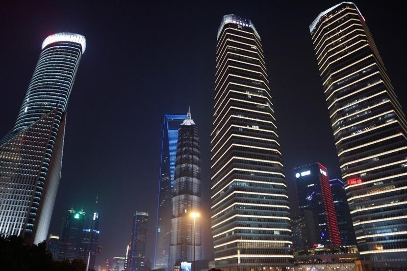 5 grattacieli illuminati di notte visti dal basso