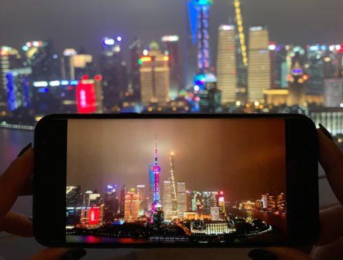 Vista della fotocamera di un telefono che riprende il panorama dei grattacieli di Shanghai