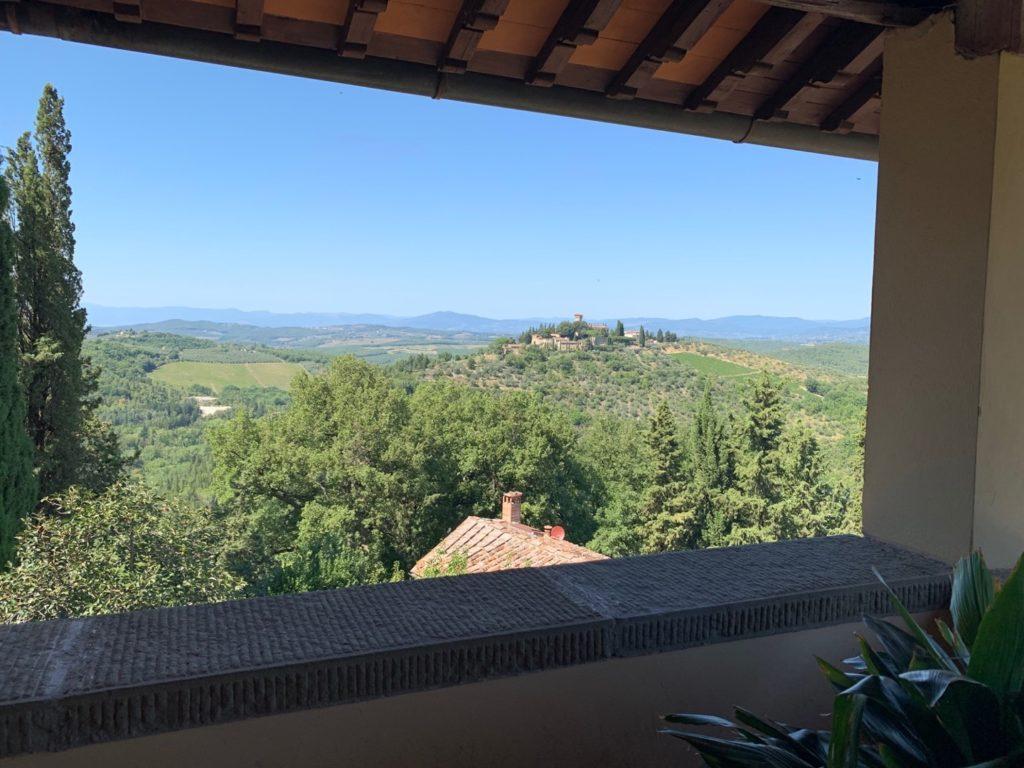 Vista sulle colline della Toscana da una terrazza