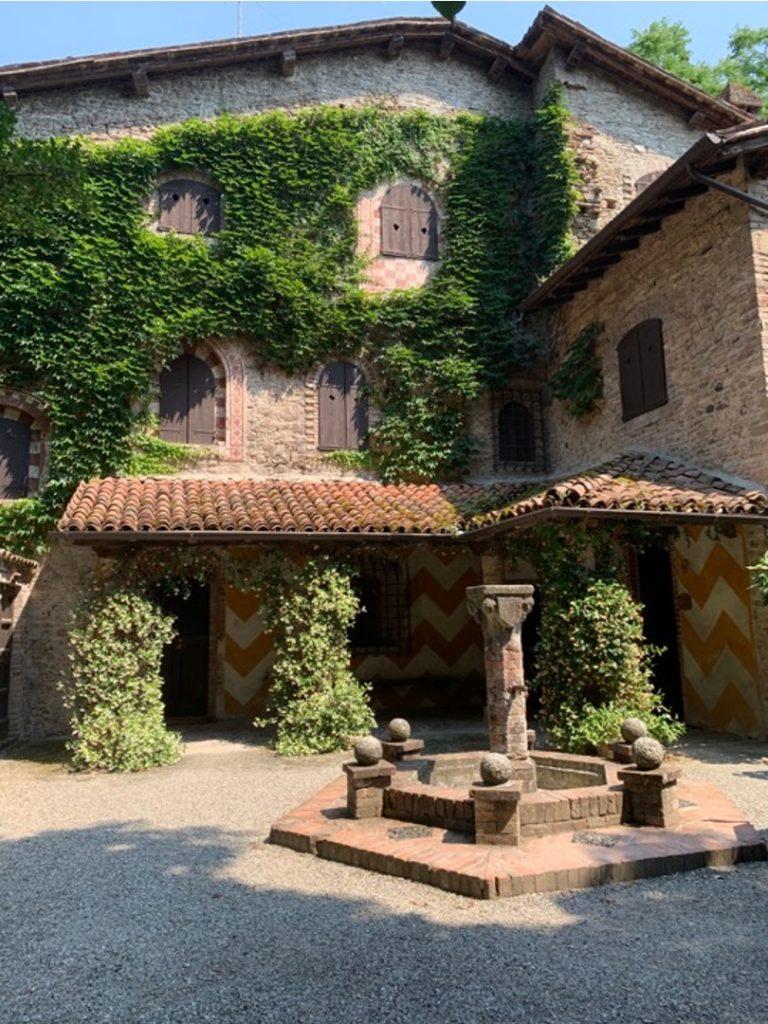 Edificio con fontana in un borgo neo-medievale