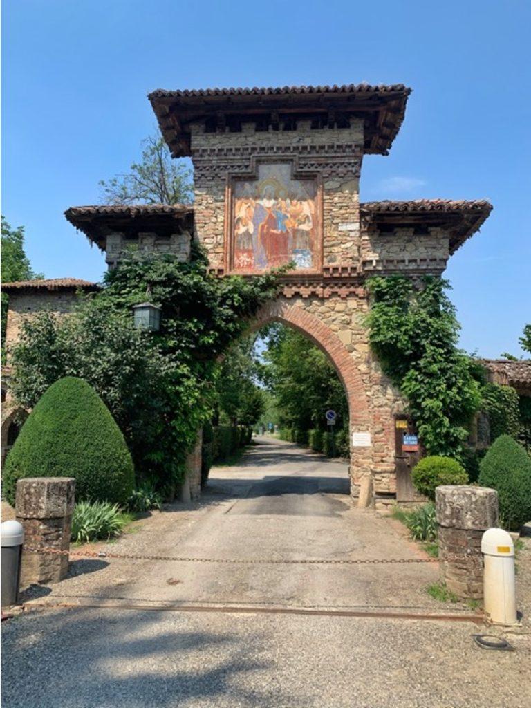 Arco di ingresso al borgo medievale di Grazzano Visconti