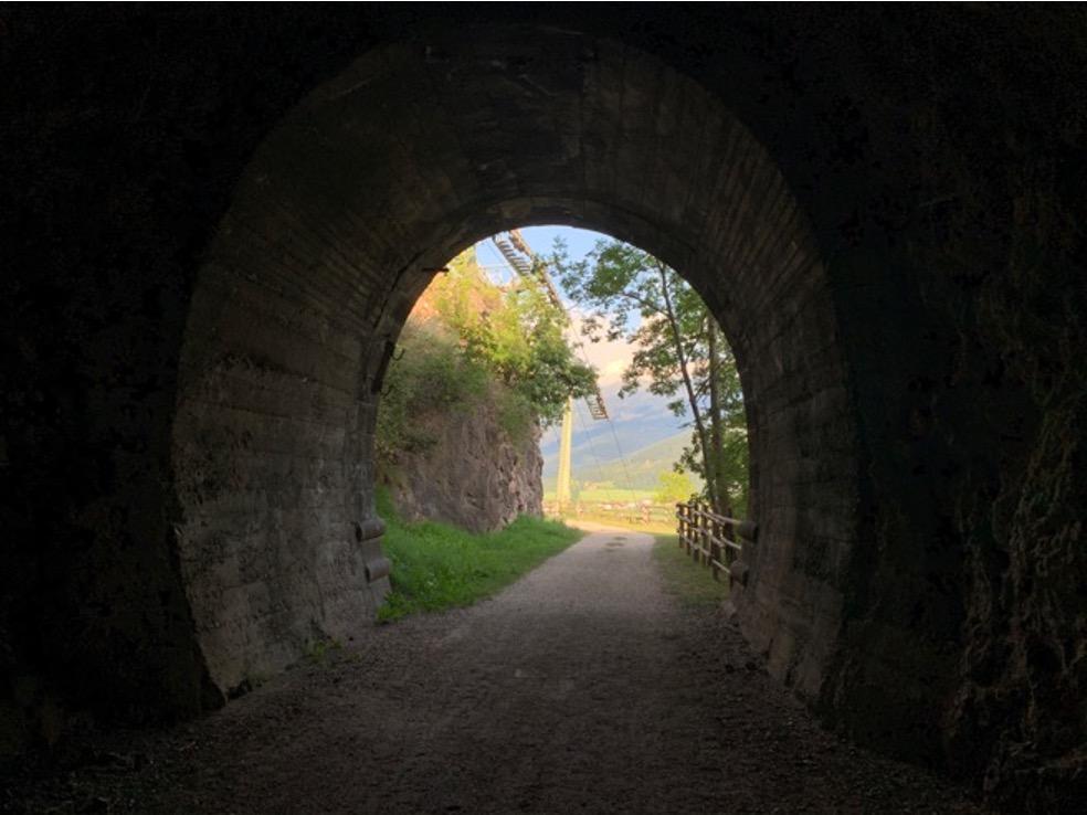 Fine di un tunnel che dà sulla montagna