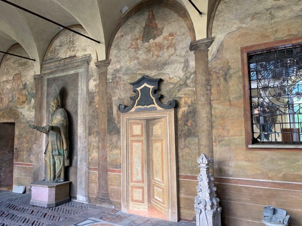 Porticato con affreschi e statue