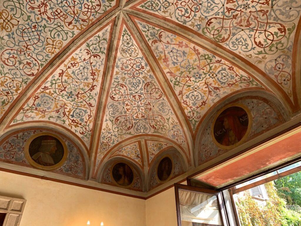 Soffitto a volte decorato con motivi floreali