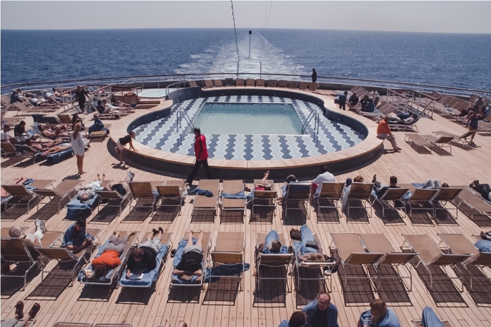 Poppa di una nave da crociera con piscina