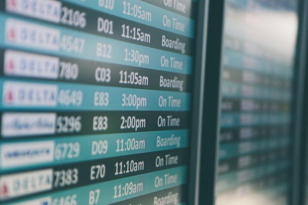 Schermo delle partenze di un aeroporto