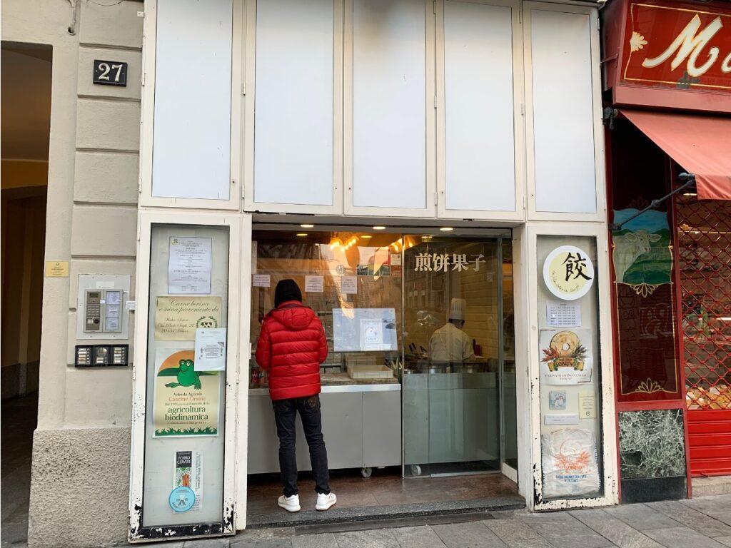Vetrina street food cinese in via Paolo Sarpi